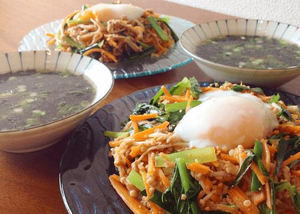 オイシックスの料理キットで作った「ジューシーそぼろのピビンパ」と「海苔のスープ」