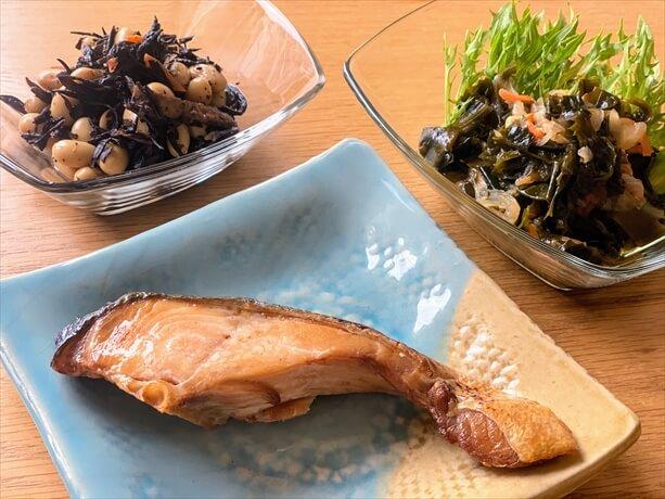 わんまいるの食事(鮭の塩焼きセット)